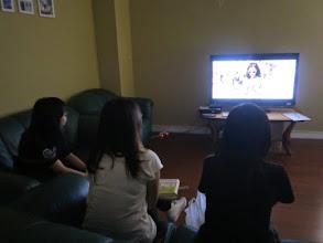 Photo: 學生在舒適的空間觀看以色列影片