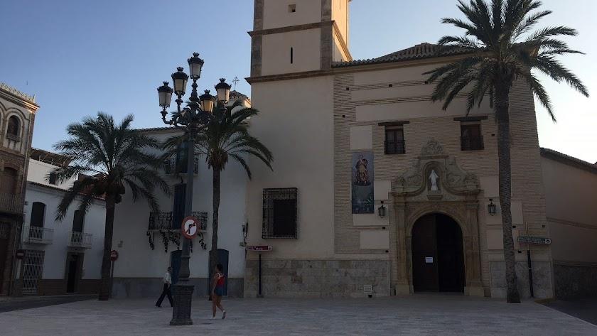 Aspecto del acceso a la iglesia, frente a la plaza mayor, con la nueva plazoleta.