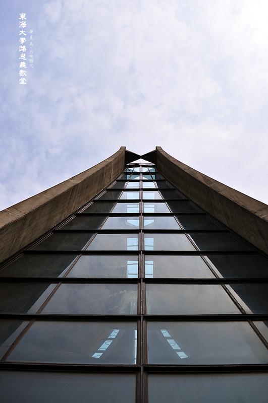 路思義教堂前後兩面皆為平板的吸熱玻璃