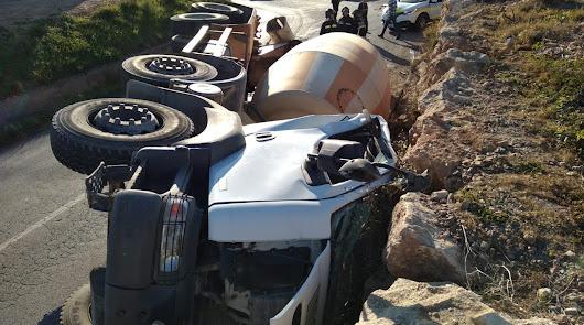 Camión hormigonera volcado.