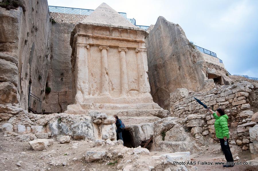 Фасад гробницы Захарии в Кедронской долине в Иерусалиме. www.isravisit.co.il