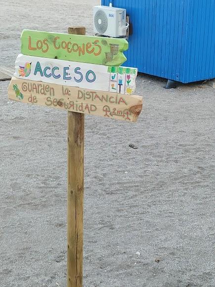 María Lage llena de arte las playas de Carboneras con sus señalizaciones.