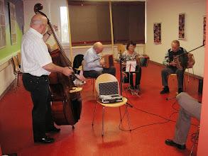 Photo: Trio Ramschbrg in Aktion / Aro und Irma Ruch, Paul Hofer am Bass Erich Lauber.  ( v. rechts )