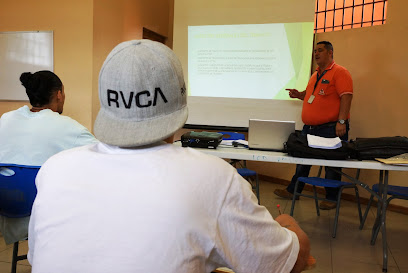 JÓVENES SE PREPARAN PARA APROBAR EL CURSO TEÓRICO DE MANEJO VEHICULAR