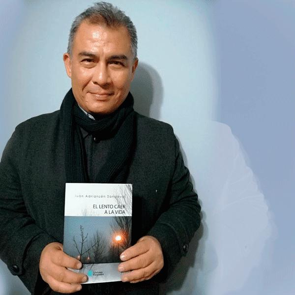 Ivan Adrianzen posando con su poemario