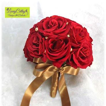紅玫瑰絲花花球  紅的美與「娘」只是一線之差,稍一不慎..... 整個花球只用上玫瑰,加上金色的水晶珍珠和金色閃石,既高貴,又閃閃,配襯金銀線較多的裙褂真的一流哦~ $420  One and only one  #bouquet #boutir #bridalbouquet #diy #design #hkhandmadeshop #hkhandmade #handmadeaccessories #handmade #craft #rose #handicraft #香港手作 #手造 #手作 #花球 #絲花花球  #新娘花球 #玫瑰花球  #핸드메이드  #꽃 #장미