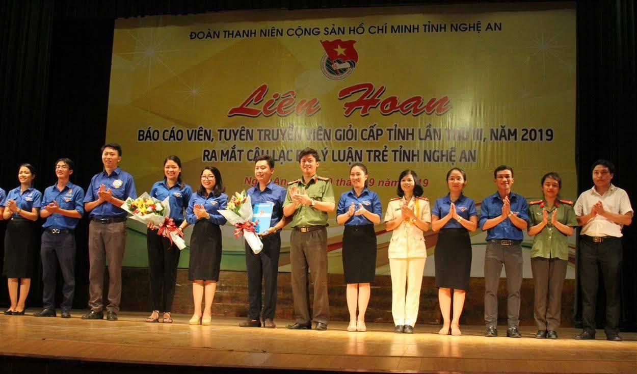 Đồng chí Nguyễn Thị Thơm, Quyền bí thư Tỉnh đoàn tặng hoa chúc mừng CLB lý luận trẻ tỉnh Nghệ An giai đoạn 2019 – 2022
