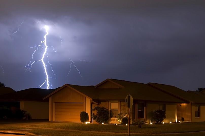 Dom w czasie burzy, jak zabezpieczyć sprzęty elektryczne?