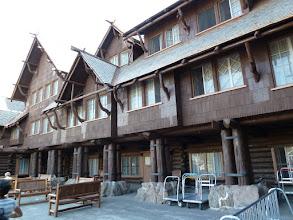Photo: Old Faithfull Lodge tout à côté du fameux Geyser, une construction typique en rondins