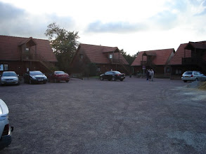 Photo: parking voor het hotel met zicht op de bungalows