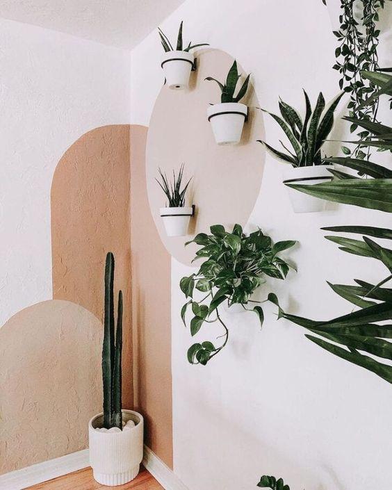 Pintura orgânica com cores neutras, harmonizando com a decoração de vasos de plantas.