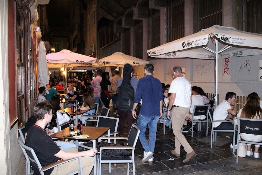 Establecimientos hosteleros de la calle Padre Alfonso Torres tomados por los almerienses.