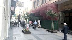 El bingo Reyes Católicos está en obras con una malla en la calle del mismo nombre.