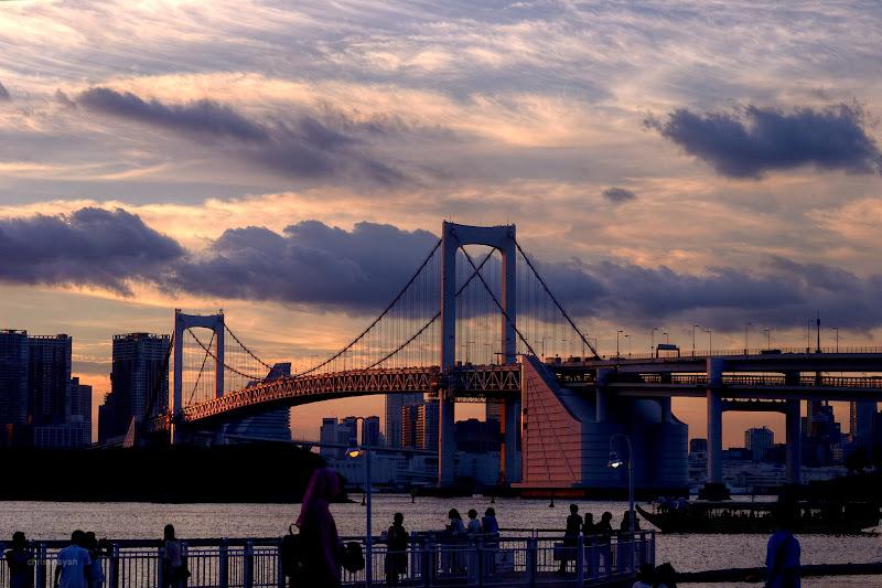 Photo: 今日の高架は +Elevated Expressways君がやってくれることになりました。  Starring Elevated Expressways Daiba Line! By the way I see Daiba Line, but I hadn't seen Rainbow Bridge... Tokyo Metropolian Expressways Route11 Daiba Line (首都高速11号台場線)ならあったんですが、レインボーブリッジってのがこの辺にあると聞いたのですが、どれかわかりませんでした(^_^;) #elevatedexpressways  #architecture  #tokyophoto  #東京フォト  #Daiba  #日本の夕焼け