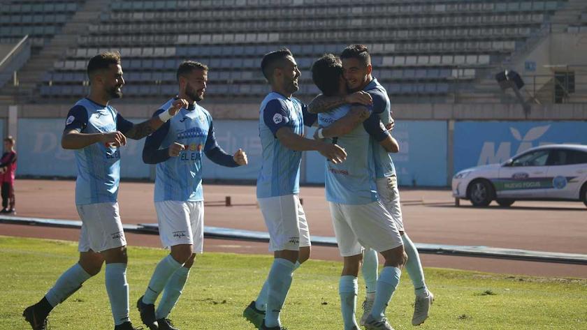 Pino celebrando un gol con la camiseta celeste.