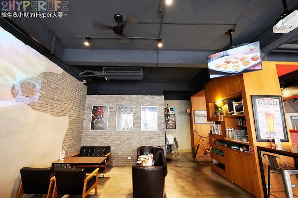 備有超大投影空間的巷弄咖啡廳,不只賣早午餐和義式麵飯,連日式定食都吃得到囉!中國醫附近美食Emma's CAFE也很適合包場聚會~