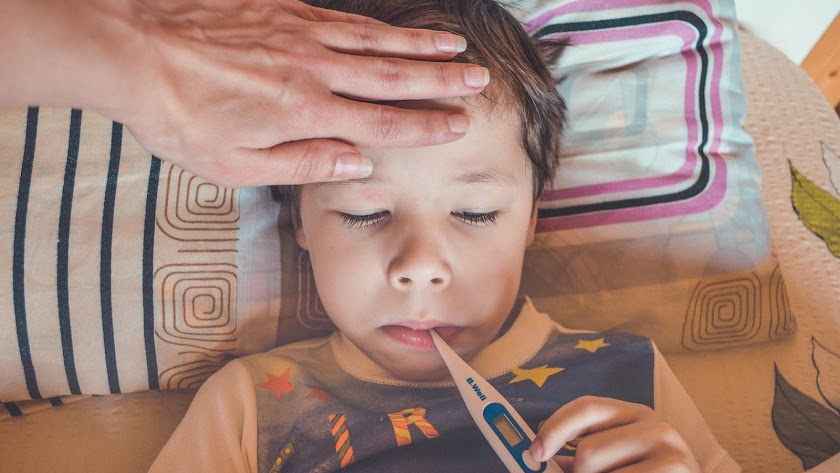 Los padres que tengan que cuidar a hijos en cuarentena con PCR positiva sí tendrán derecho a una baja remunerada.