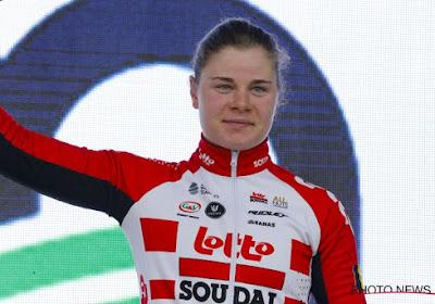 Lotte Kopecky op het podium in Brugge-De Panne, Kirsten Wild  de snelste van het pak