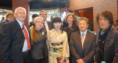 Photo: Pierwszy rząd od lewej: prof. Stanisław Filipek, Jolanta Młodawska-Bronowska, Yoshimi Filipek; z prawej - Matsumiya Kiyokatsu (artysta rzeźbiarz). W drugim rzędzie Mirosław Błaszczak (Dyrektor Instytutu Polskiego w Tokio) z żoną