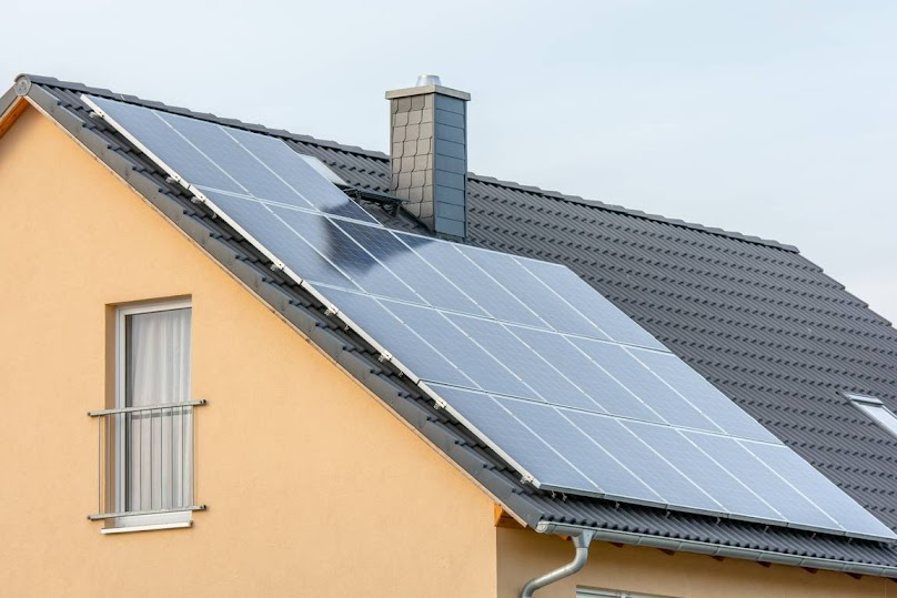 Panele fotowoltaiczne na dachu dwuspadowym