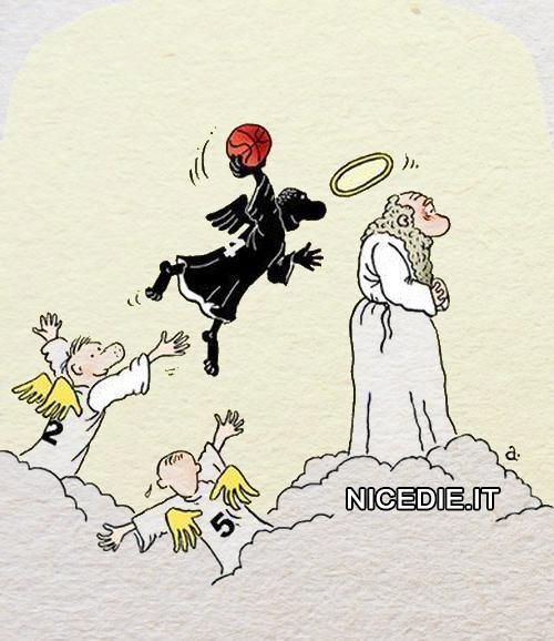 tre angeli due bianchi e uno nero stanno giocando a pallacanestro l'aureola di San Pietro è il canestro