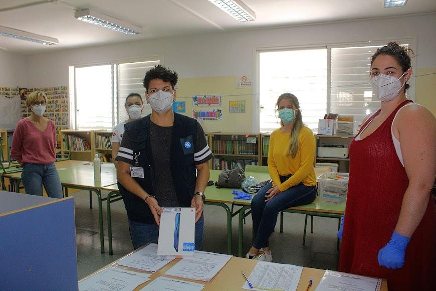 El Colegio Inés Relaño entregando tablet a los alumnos.