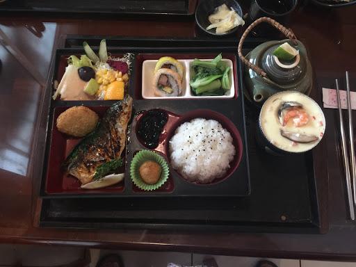 平價日式料理食堂,定食僅台幣180元,但炸豬排外層不夠脆,烤鯖魚還不錯,最推薦炸蝦。