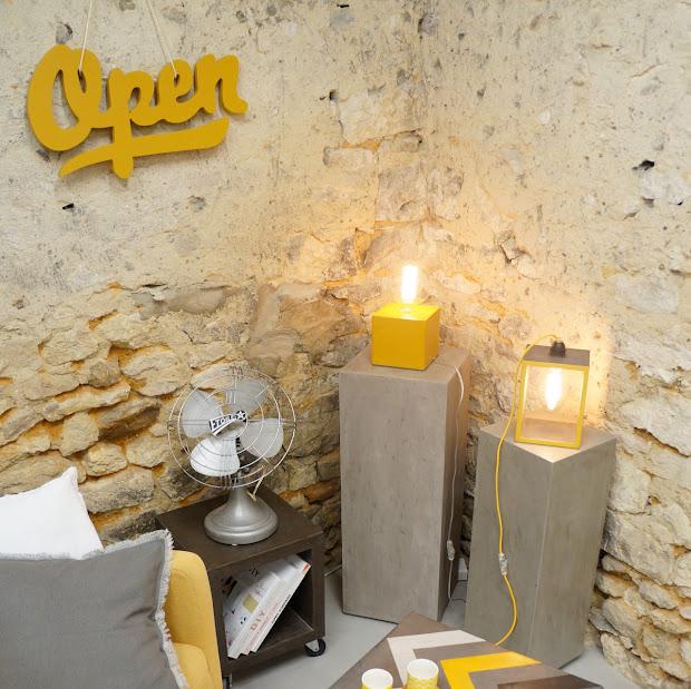 lampe cube en béton jaune moutarde