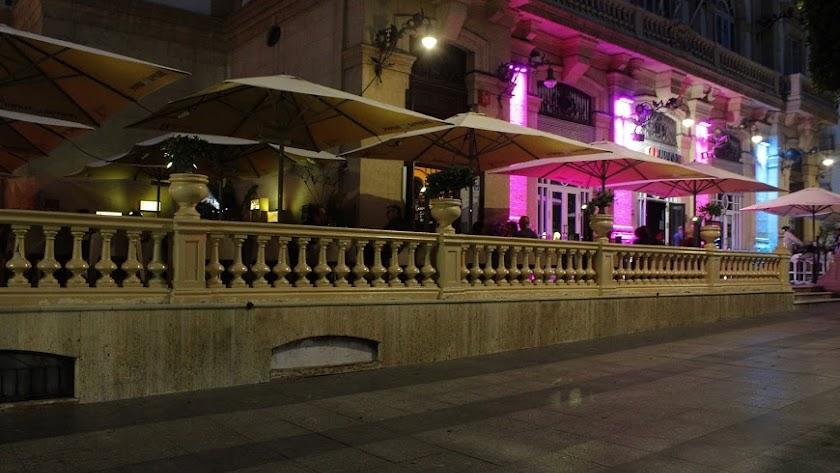 España prohíbe fumar en la calle para evitar contagios de covid-19