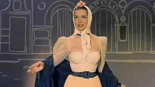 La cantante y actriz Sara Montiel, en su interpretación de La Violetera.