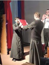 Photo: Odovzdanie Kroniky MINFY (MINištrantskej FAry) novému vedúcemu MINFY na rok 2015 (vľavo)