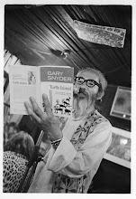 Photo: 旧ほらがいにて、Gary詩集を持つナナオ