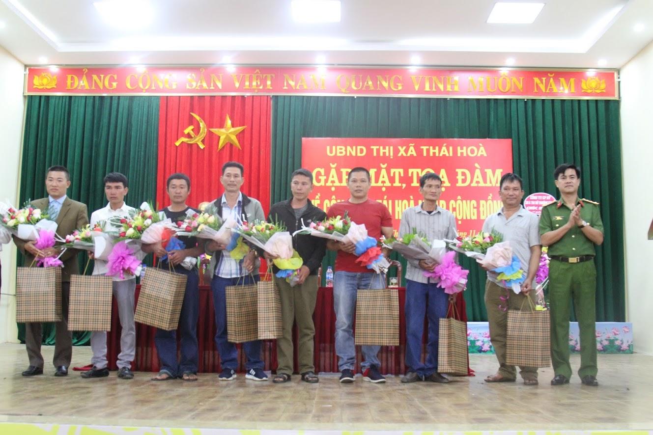 Đồng chí Đại tá Nguyễn Đức Hải, Phó Giám đốc Công an tỉnh tặng quà cho các nhân tái hòa nhập cộng đồng