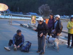 Photo: 5月1日の午後6時過ぎ、エイドを開設して間もない頃に到着したランナー。迎えるサッキー、フラ、オオゴショ&マイティー、レレ。