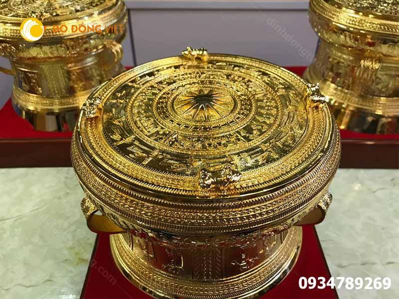 trống đồng mạ vàng