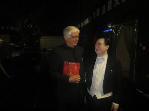 """Photo: WUHAN/ China/ Quintai-Theatre. Dr. Klaus Billand nach dem Gastspiel des China National Opera House mit Wagners """"DIE WALKÜRE"""" am 9.11.2014. Dr. Billand mit dem Dirigenten Feng Yu auf der Hinterbühne. Foto: Billand"""