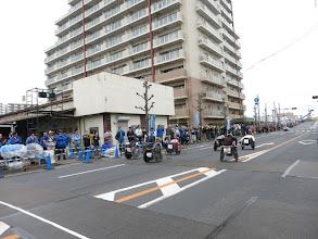 Photo: スタートした車いすの選手達。