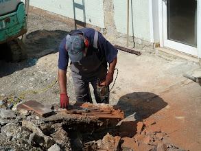 Photo: Dachziegel und auch die Haken werden auf die richtige Größe gebracht... noch ein fehlerhafter ausgewechselt.....