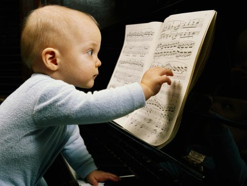 Bebé leyendo partitura