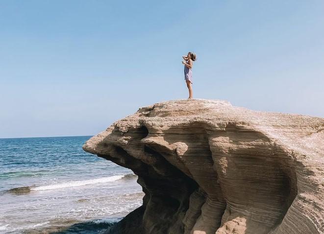 Las playas del Parque Natural de Cabo de Gata-Níjar causan sensación entre los seguidores de las instagramers. En la foto, Natalia Cabezas.