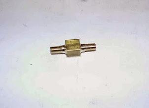 Photo: Les entrée et sortie sont filetées M6x75; le corps est percé de chaque coté en laissant au centre une paroie de 2mm.