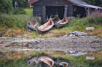 Photo: Le typique bateau du nord de la norvège ! Petite halte pour l'équipage et débarquement ! il s'agissait de l'atelier d'un charpentier qui nous a montré ses machines, ses plans.. et ses différents projets
