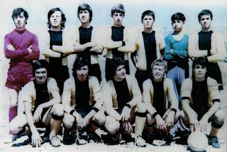 Photo: Ανεπίσημη ομάδα 'Αγιαξ Σκρκας 1971-72. Ο Άγιαξ συνενώθηκε με την ομάδα του Καφενείου Αστόρια για να δημιουργηθεί η Α.Ε. Κοζάνης το 1972. Ορθιοι: Πάνος Ζαφείρης, Γιώργος Σίμπος, Κώστας Ραμματάς, Γιώργος Μαμάτσιος, Γιάννης Ματούλας, Νίκος Δεμσερής, Βασίλης Μπαγκατζούνης. Καθιστοί: Βασίλης Κουζιάκης, Χάρης Γεωργαντζάς, Τέλης Δαϊρούσης, Τάκης Σίμπος, Παρασκευάς Τσαμπούρης.