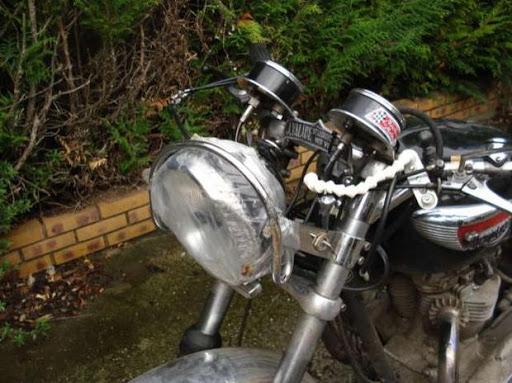 le phare de la Triumph de Robert après sa chute au Dark-dog Moto tour