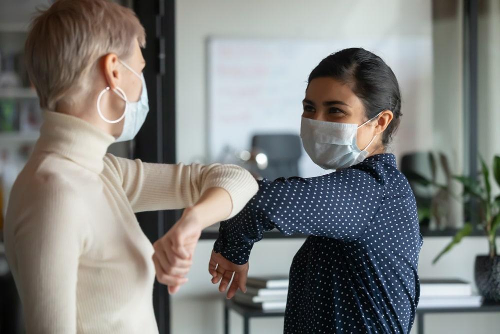 Máscara e cuidados não devem ser esquecidos após a vacinação. (Fonte: Shutterstock)