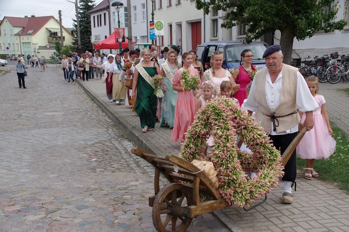 Einmal durch Vierraden: Der Festumzug zum 26. Tabakblütenfest. Foto: Andreas Schwarze (asc)