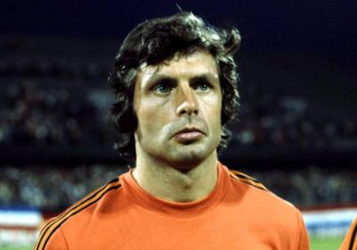 Nederlandse voetbalbond eert overleden speler met rouwbericht in krant
