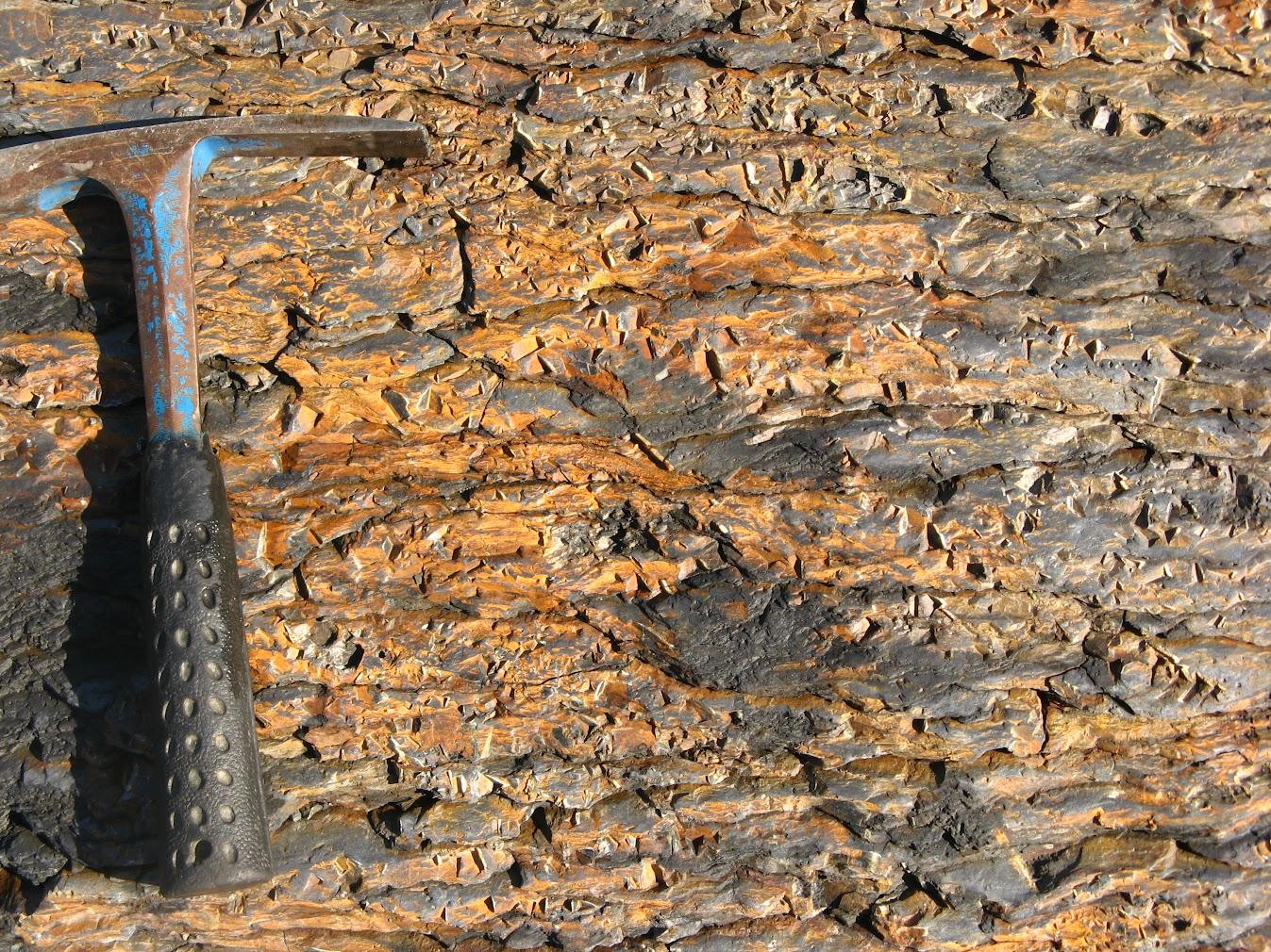 Пустоты от выветрелых кристаллов пирита