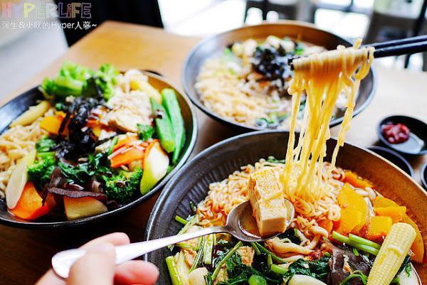 中友百貨後方巷弄美食『VegesM 饗蔬職人』,以蔬食x滷味搭配手作醬料讓味蕾增加更多驚喜!!新推出的泰式湯頭也很對味唷~(一中參代店)