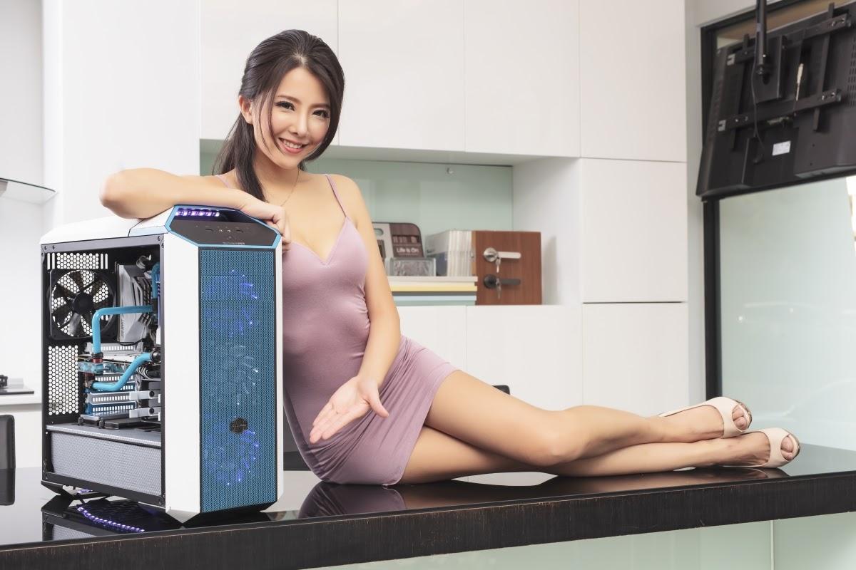 Chia sẻ hình ảnh người đẹp đọ dáng bên cạnh Cooler Master MasterCase 5